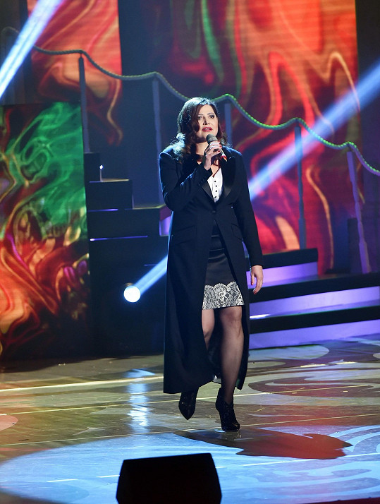 V ne zrovna povedeném modelu ve stylu pánského smokingu odzpívala další část koncertu.