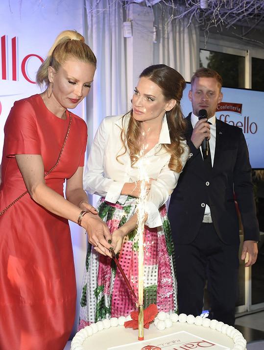 S Andreou Verešovou zakrojily slavnostní dort.