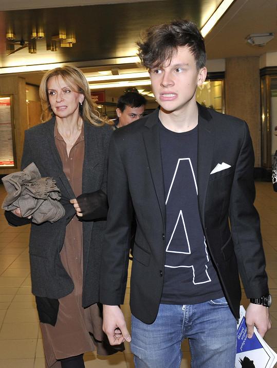 Ivana Chýlková se synem míří do prostor divadla Studio DVA.