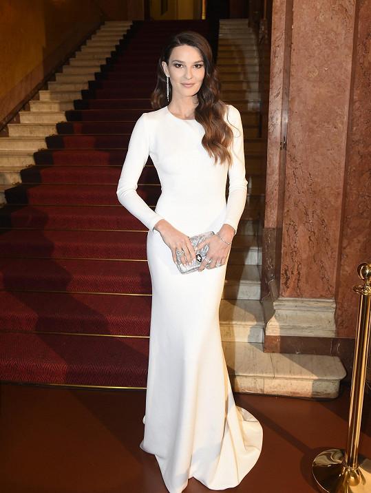 Velké zastoupení měly i šaty ze salonu Poner. Ty oblékla modelka Nikol Švantnerová. Šperky ALO Diamonds stály tři miliony korun.