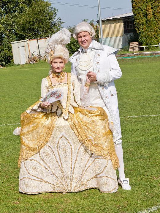 Iva Marešová a Michal Novotný fotbal odstartovali v kostýmech z Antoinetty.