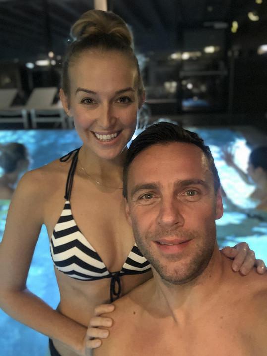 Odpočívají i v hotelovém bazénu.