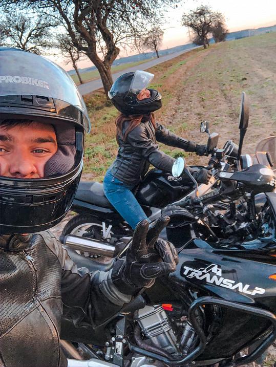 Lásku k motorkám mají společnou s manželem Martinem.
