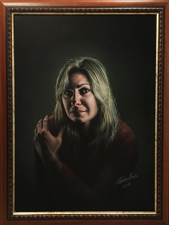 Martinova partnerka Sylva na obraze, který visí v galerii.