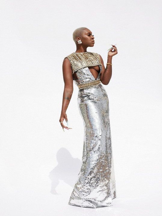I během tohoto večera se Cynthia Erivo projevila jako jedna z nejstylovějších žen Hollywoodu. Nechala se obléct do stříbrné nádhery kreativního ředitele Louis Vuitton Nicolase Ghesquièra.