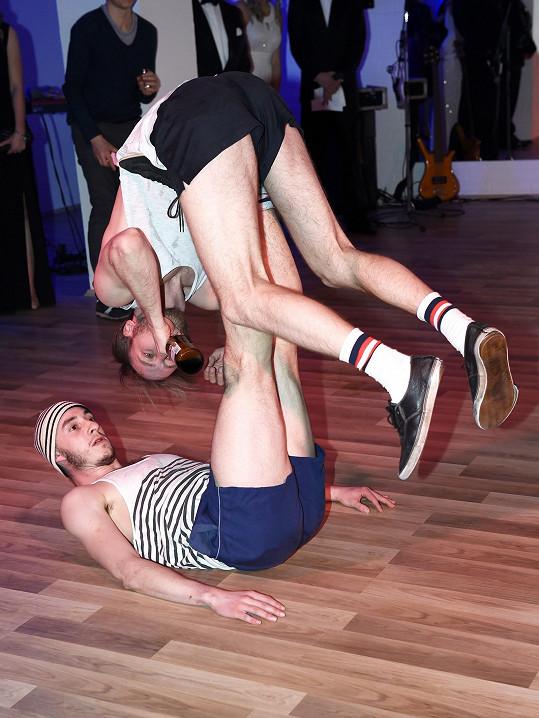Představení Marka Zelinky a Martina Talagy kombinuje pantomimu, tanec i akrobacii.