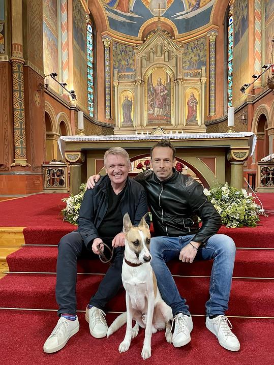 Farář Zbigniew Czendik pustil při natáčení filmu podle knihy Filipa Rožka Gump, pes, který naučil lidi žít do kostela psa, což je v Polsku nemyslitelné.