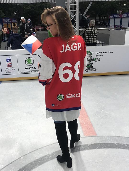 Na dres si nechala dát jméno expartnera i jeho hokejové legendární číslo.