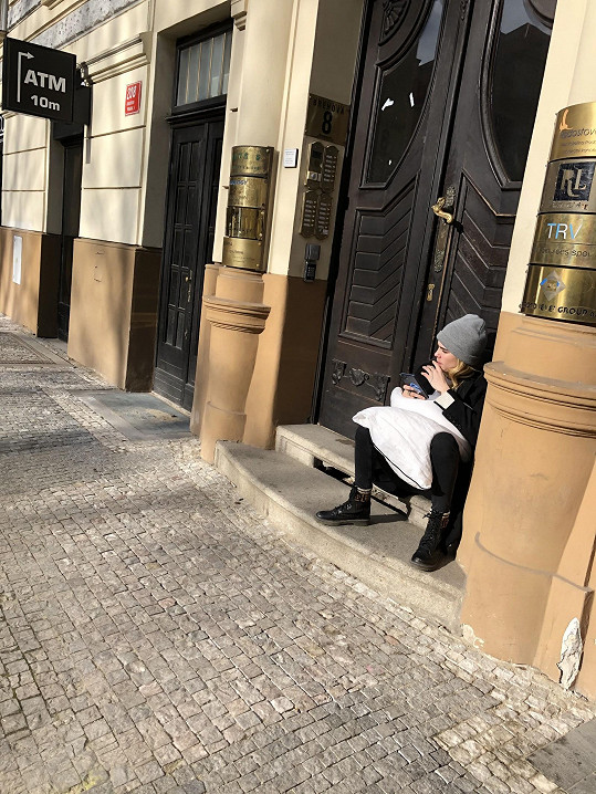 Britská modelka, herečka a zpěvačka se pohybuje v centru Prahy bez ochranky. Spoléhá na to, že ji jen tak někdo nepozná.