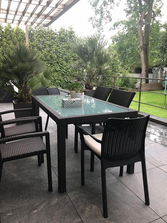 Pohled na terasu a zahradu