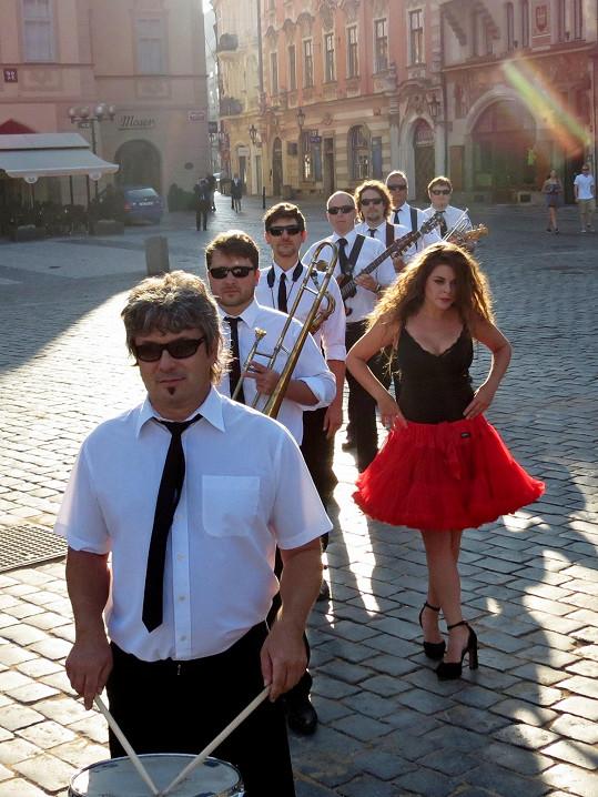Kapela Laura a její tygři vypustila do světa nový klip k písni Davy lidí.