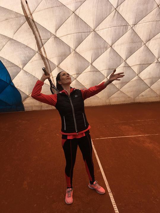 Na hodiny tenisu chodí nyní i se synem Toníkem.