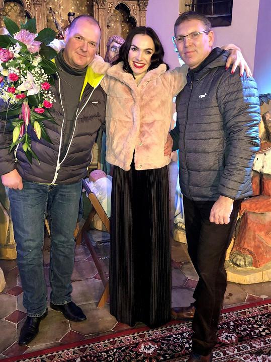 Kamilin zvukař Ivan (vlevo) leží už 3. týden v nemocnici v umělém spánku.