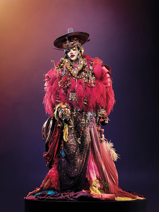 Na veřejnosti se objevuje Lismore obvykle ve vlastních komplikovaných modelech na hranici haute couture, které vsobě kombinují prvky odpadních materiálů, šperků, historických objektů či brnění.