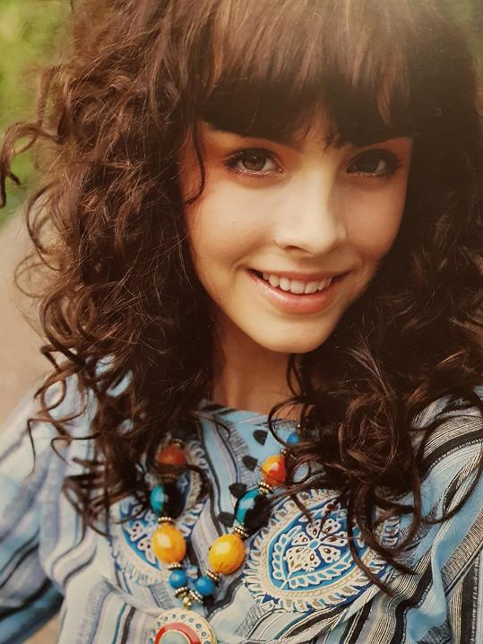 Na střední ještě nosila delší vlasy a ofinu.