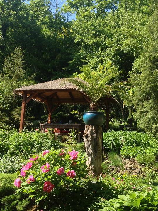 Na svou zahradu na Karlštejně je pyšný.
