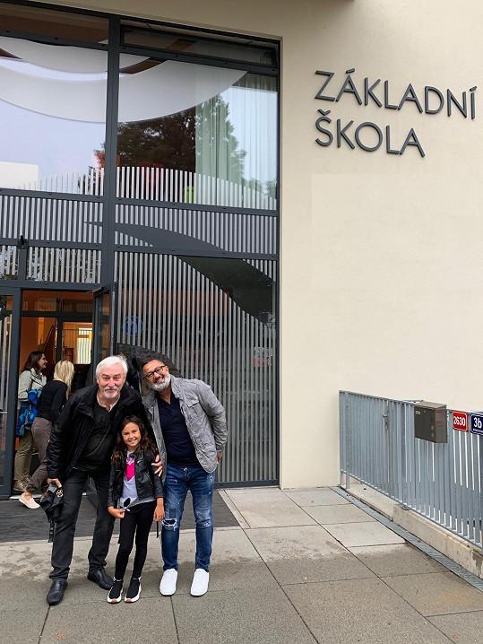 Jan Rosák s vnučkou a zetěm před školou