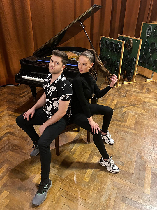 Hudebně ji doprovází klavírista Jan Veselý.
