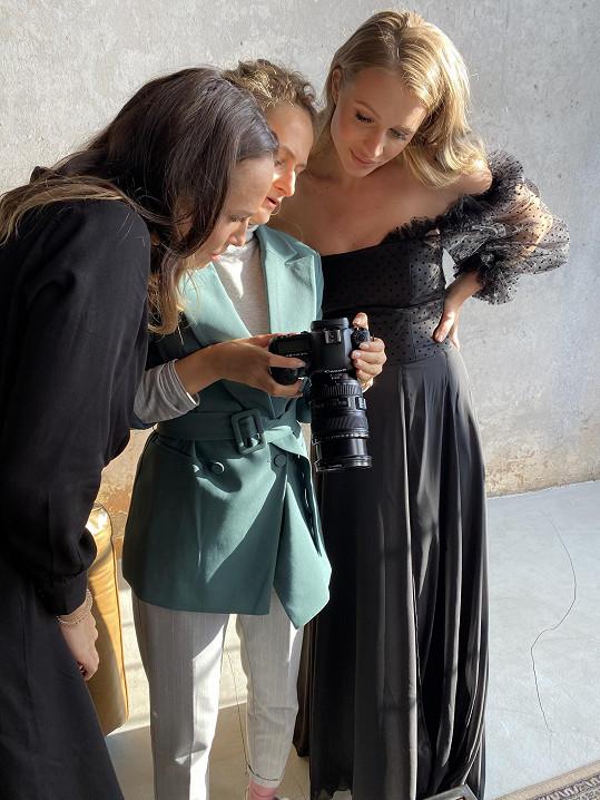 S fotografkou a návrhářkou se těší na výsledek.