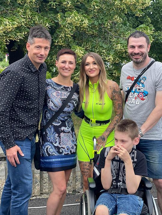 Sharlota s nemocným Jiříkem, jeho rodiči a organizátorem akce
