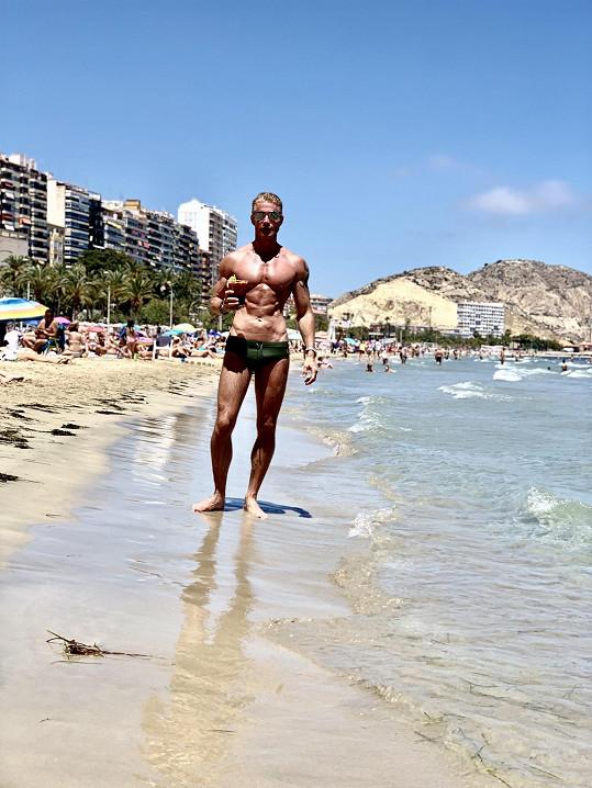 Na pláži ve Španělsku mohl ukázat, že zapracoval na své formě.