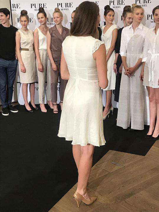 Oblékla průhledné šaty.