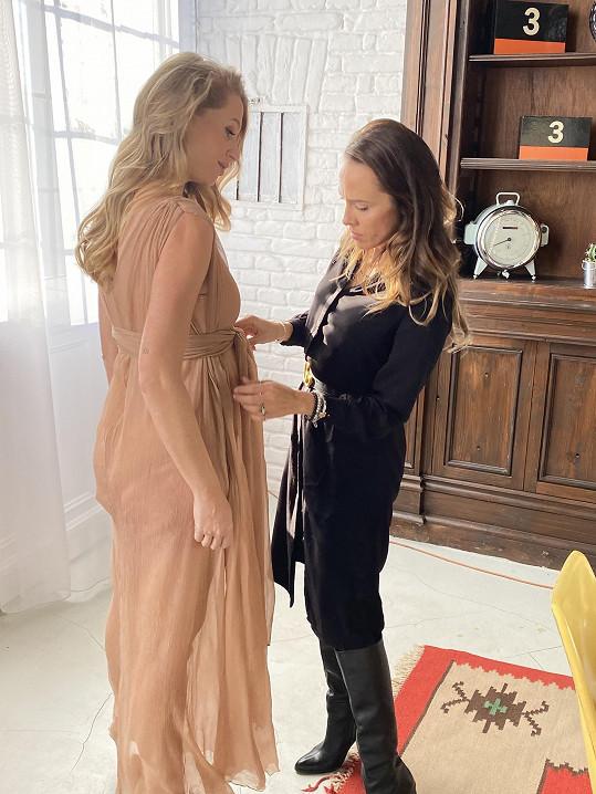 Šaty jí na focení vybrala návrhářka Zuzana Lešák Černá.