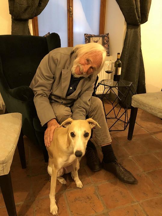Pierre s naším redakčním psem Dalií.