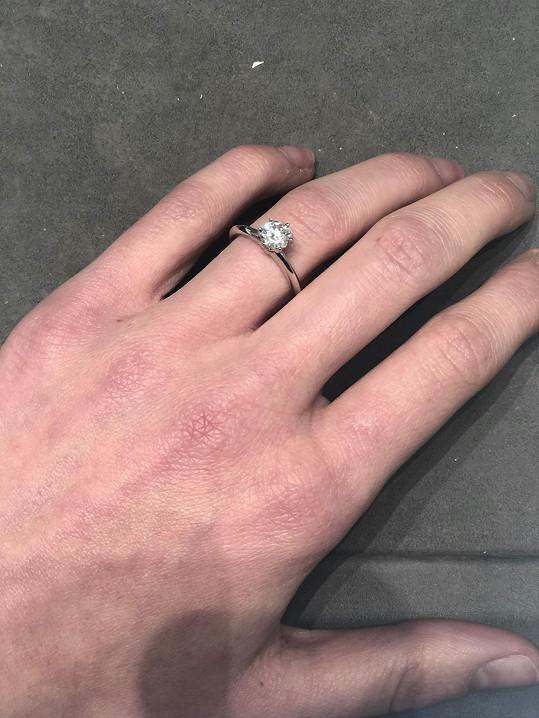 Poslala nám fotografii svého zásnubního prstenu.