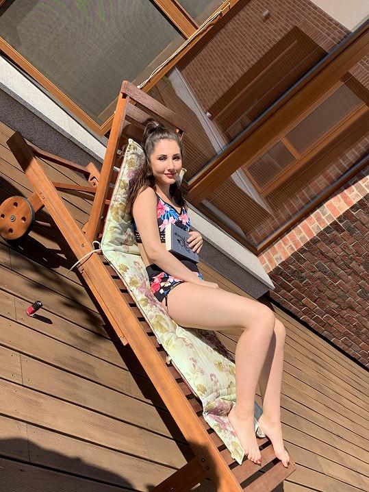 Natálie Grossová odpočívá na zahradě jejich domu.