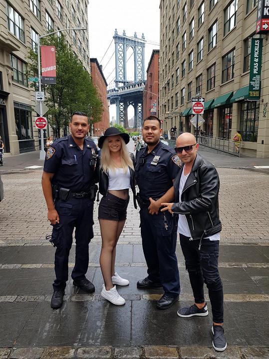 Z místních policistů si vytvořili fanoušky.