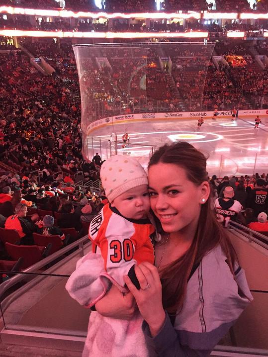 Karolina se svou dcerkou na hokejovém zápase.