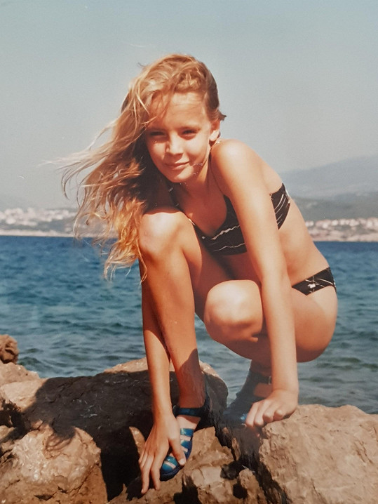 Blonďatá víla u moře