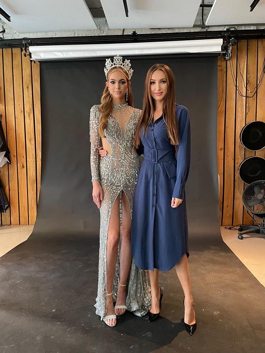 Šaty v celé kráse na snímku s ředitelkou soutěže