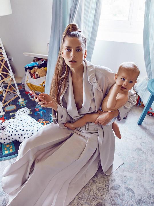 Hanka se svým mladším dítětem, dcerou Ellou