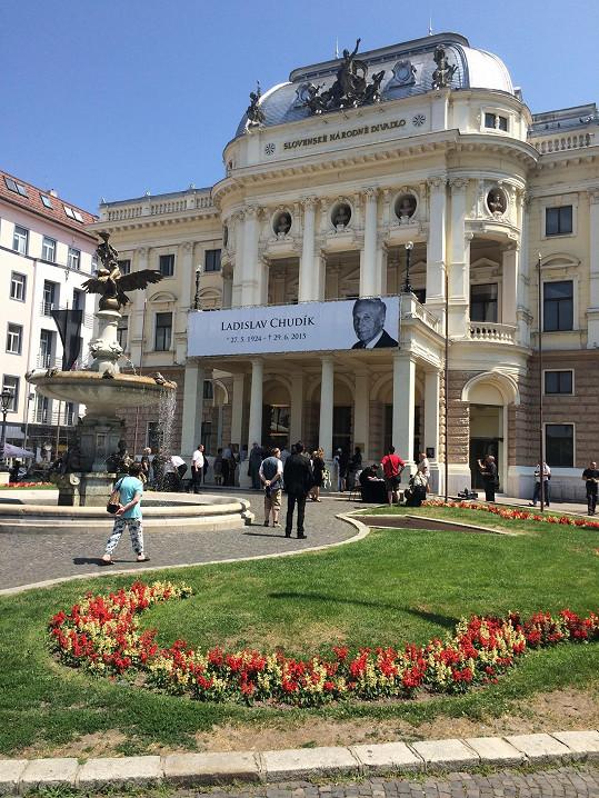 Slovenské národní divadlo ve smutečním hávu