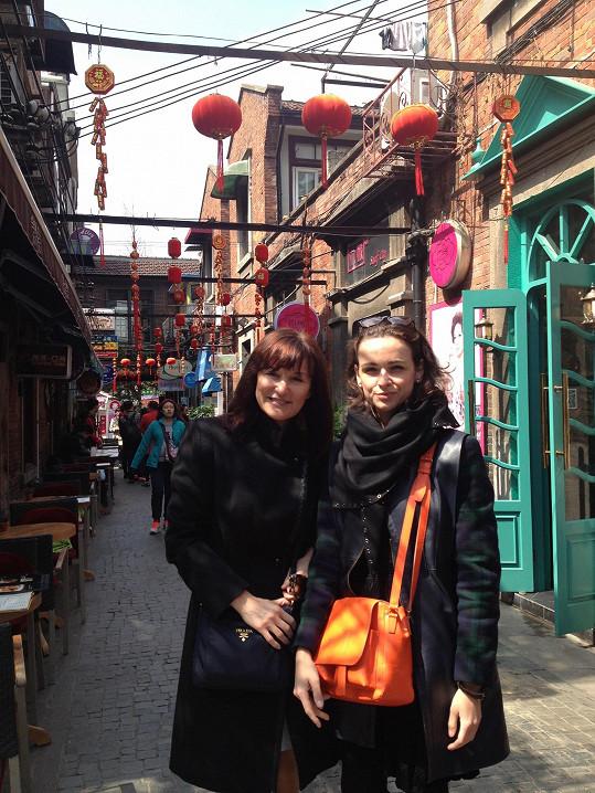 Návrhářka se svou asistentkou Míšou v historické Small street v Šanghaji
