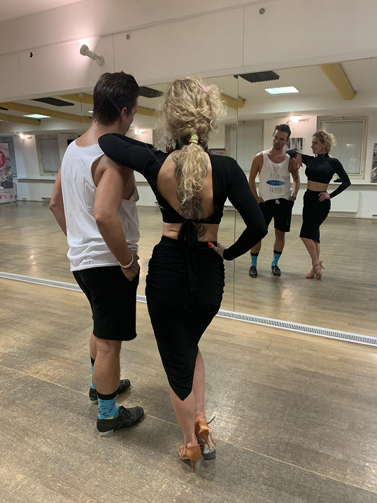 Tanečnice má famózní pozadí.