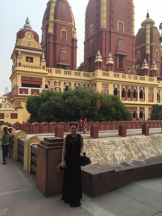 Navštívila řadu hinduistických chrámů.