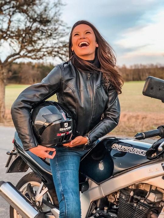 Ani po dvou nehodách na jízdu na motorce nezanevřela.