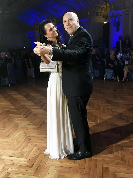 Ples tradičně zahajovali.