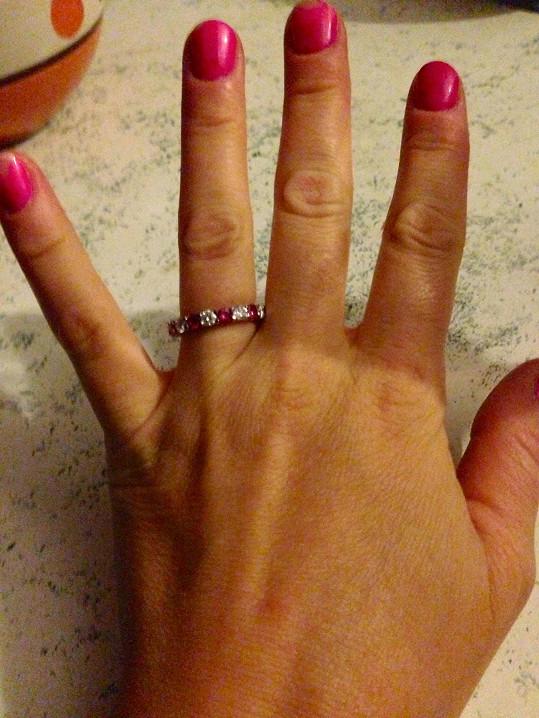 Zásnubní prsten už si zasloužila.