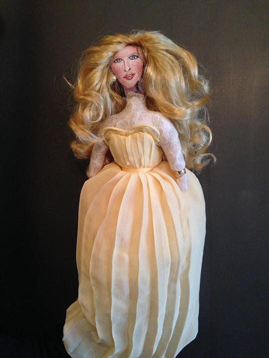 Simona v podobě panenky, která pomůže dětem v rámci očkovací kampaně UNICEF.