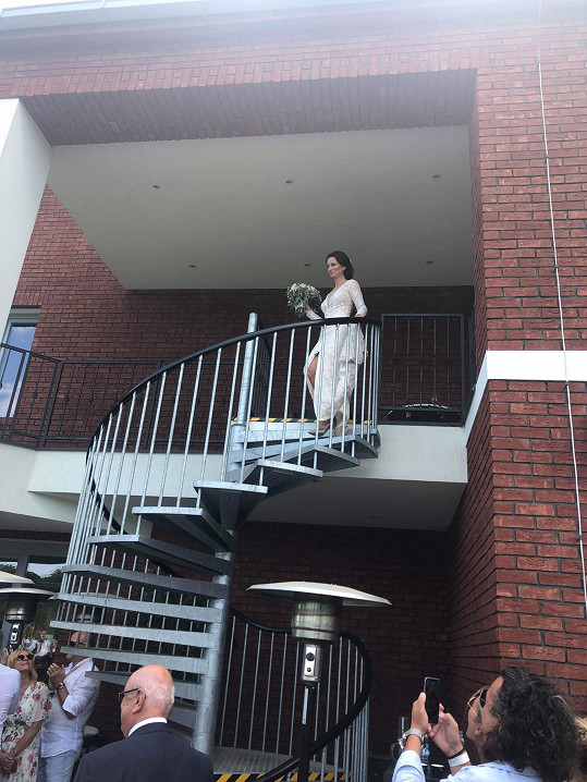 Adéla Gondíková scházela na obřad z točitých schodů.