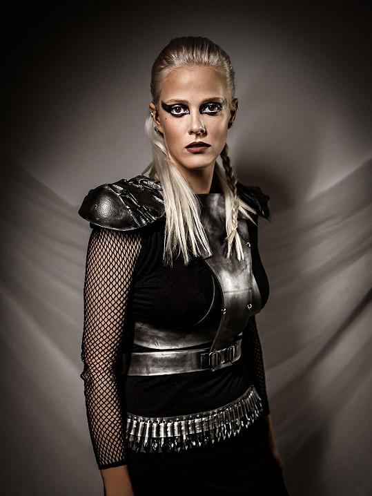 Její kostým je hodně futuristický.