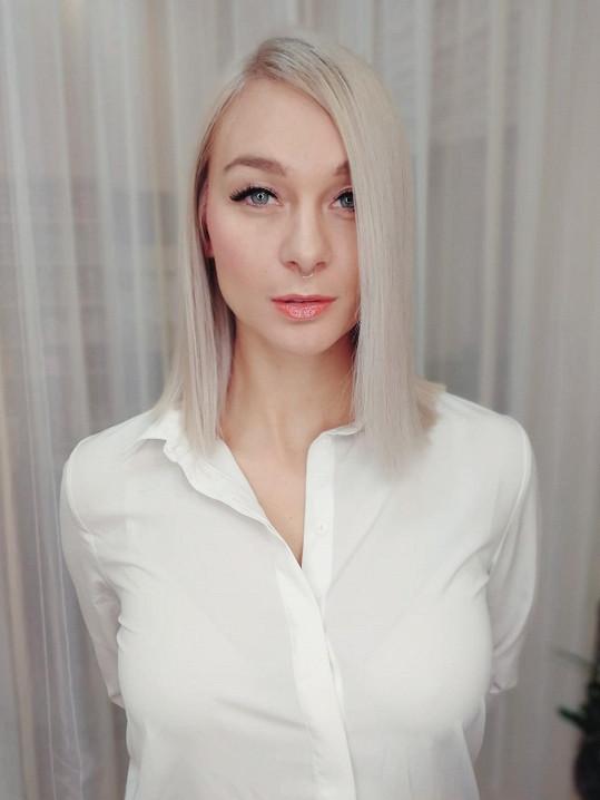 Vlasy má na mikádo a je z ní platinová blondýnka.