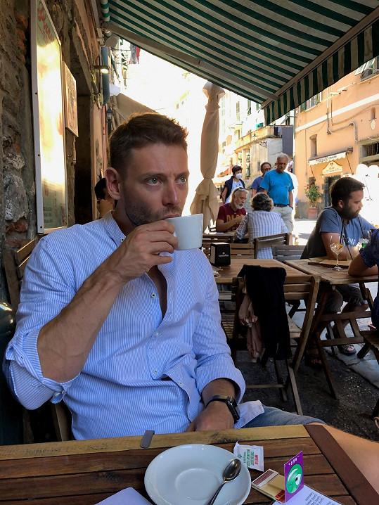 Nepohrdne dobrým jídlem a pitím, káva v italské Vernazze mu chutnala.