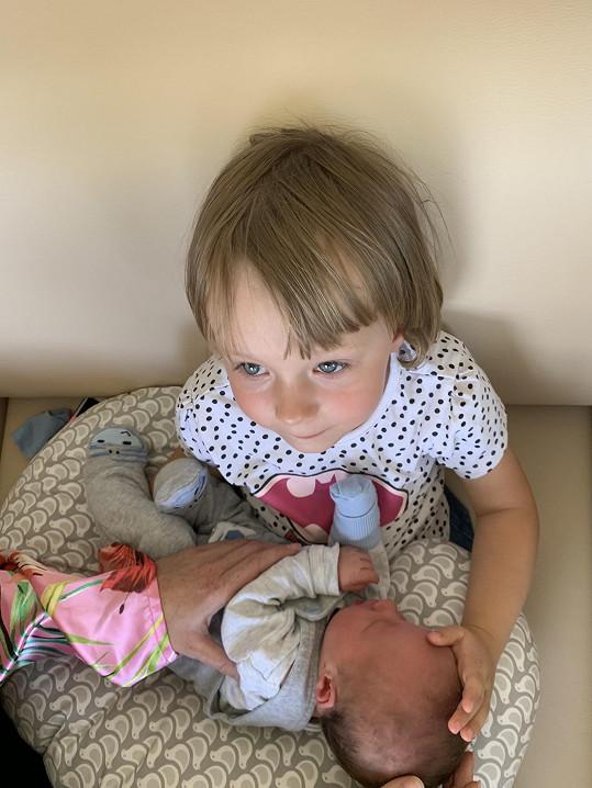 Z brášky se raduje i tříletá Laura.
