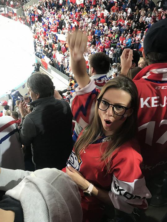 Je velkou fanynkou hokeje.