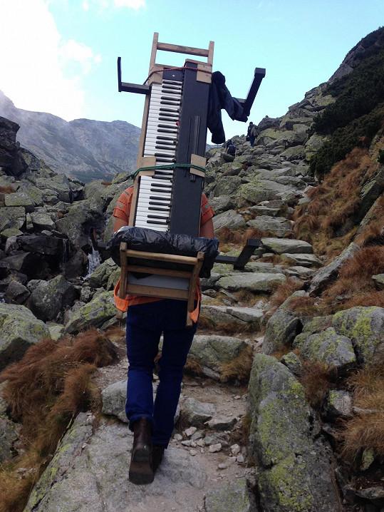 Tohle není šerpa. Martin Harich vytáhl starý elektrický klavír na vrchol dvoutisícovky kvůli natáčení klipu.